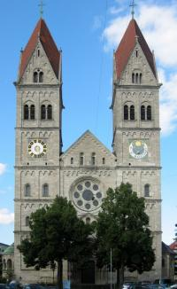 Blick auf die Südfassade der St. Benno-Kirche in München.