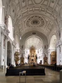 Das eindrucksvolle Tonnengewölbe der Michaelskirche.