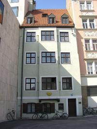 Das Ignaz-Günther-Haus am Jakobsplatz. Links das Gemeindehaus des Jüdischen Zent