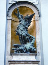 Fassade als Programm: Der Erzengel Michael tötet den Drachen der Ketzerei.